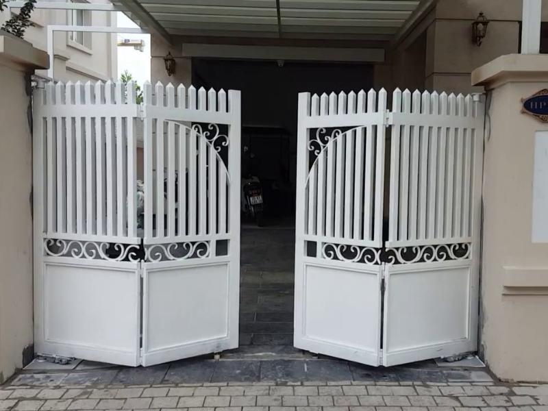 Cổng tự động bằng điện gấp bốn cánh